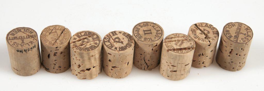 Korkar stämplade med olika ölsorter och klasser