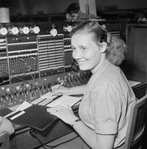 Kvinna vid en telefonväxel
